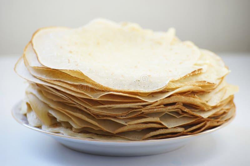 在板材的新鲜的热的俄式薄煎饼 免版税库存照片