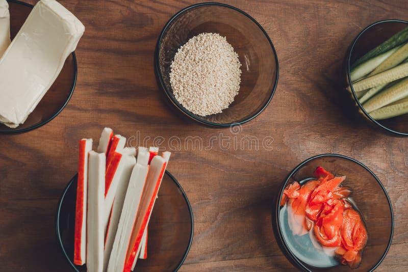 在板材的明亮的鲜美产品在作为成份的桌上寿司射击的准备的从顶面观点 免版税库存图片