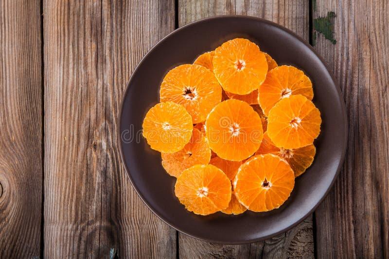 在板材的有机新水多的蜜桔切片 图库摄影