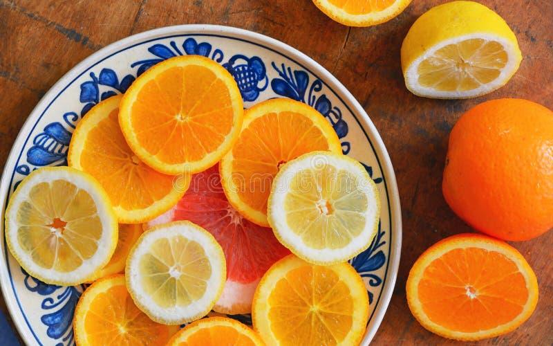 在板材的柑桔切片 免版税库存图片