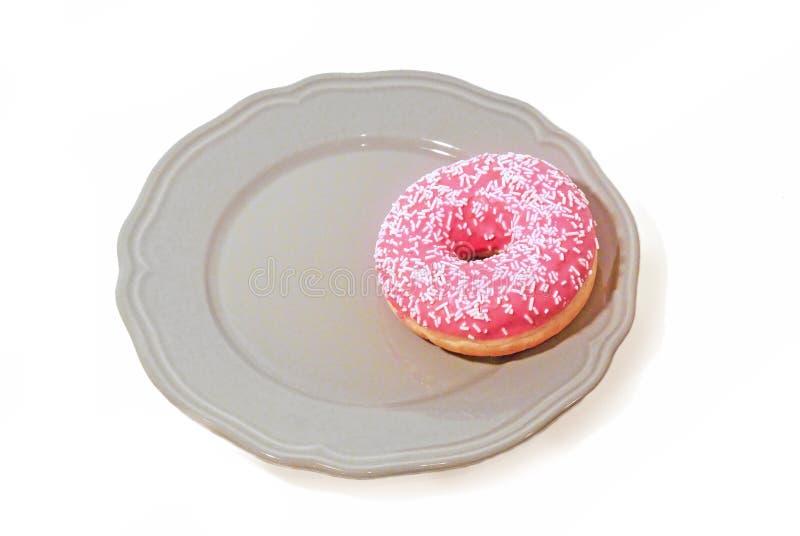 在板材的桃红色多福饼 背景查出的白色 免版税库存照片