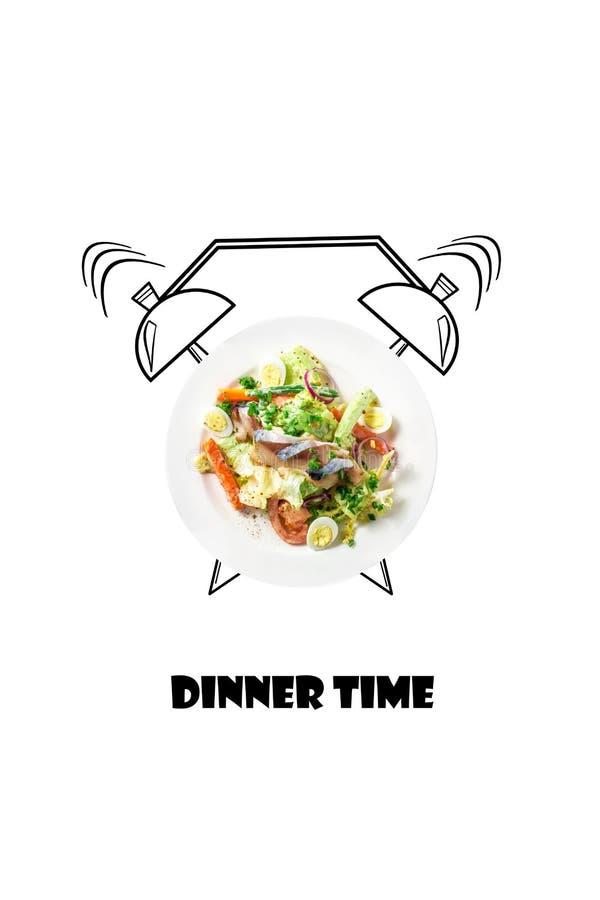在板材的沙拉有闹钟的 晚餐时间概念 在白色背景隔绝的食物例证 库存图片