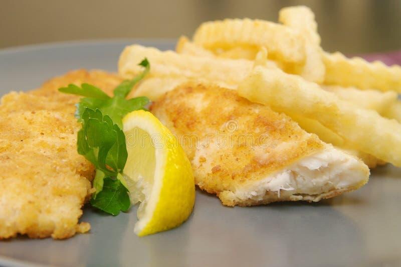 在板材的油煎的炸鱼加炸土豆片晚餐的 免版税库存图片