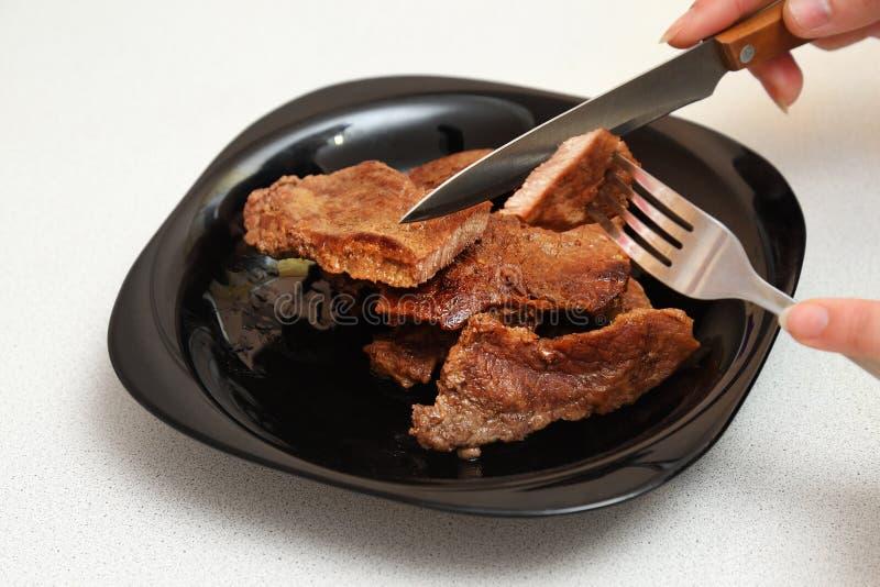 在板材的油煎的肉 图库摄影