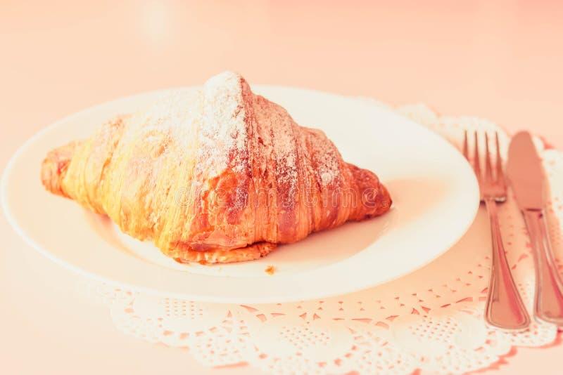 在板材的法国新月形面包 免版税库存图片