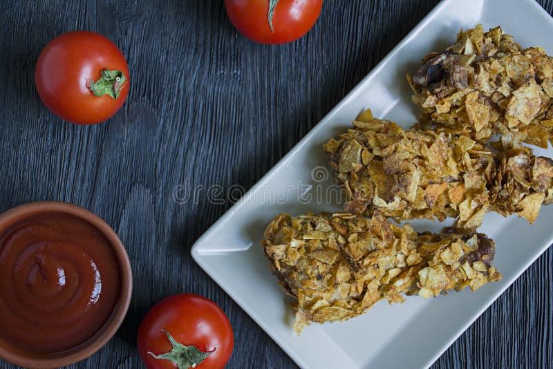 在板材的烤鸡鼓槌 面包小鸡腿,炸鸡 r 免版税库存图片