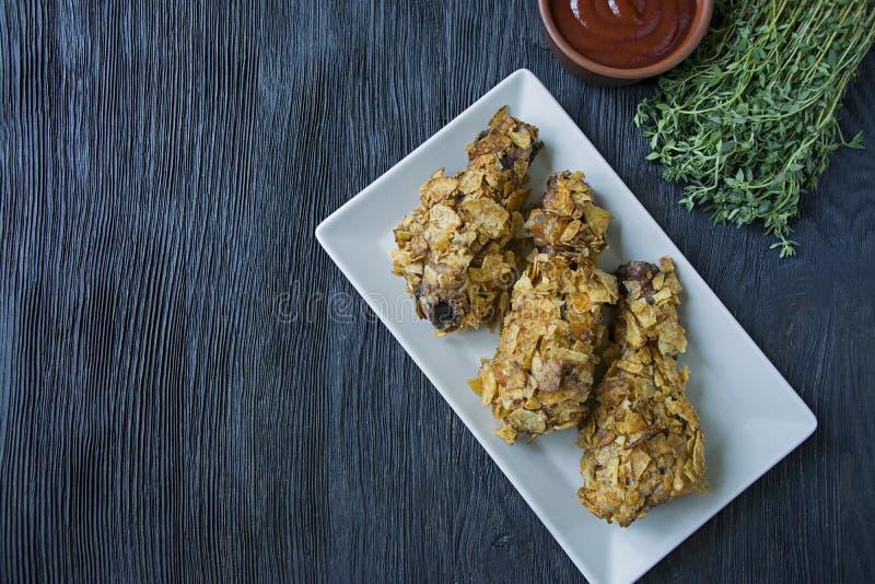在板材的烤鸡鼓槌 面包小鸡腿,炸鸡 r 库存照片