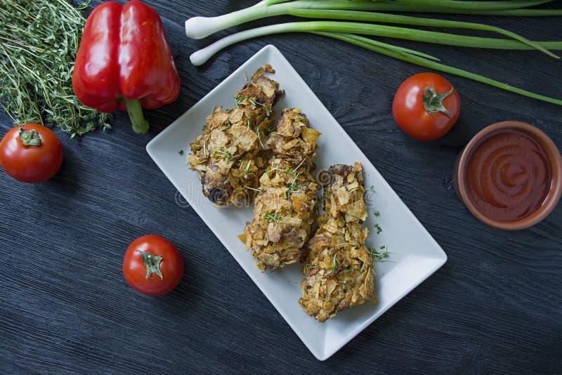 在板材的烤鸡鼓槌 面包小鸡腿,炸鸡 r 免版税库存照片