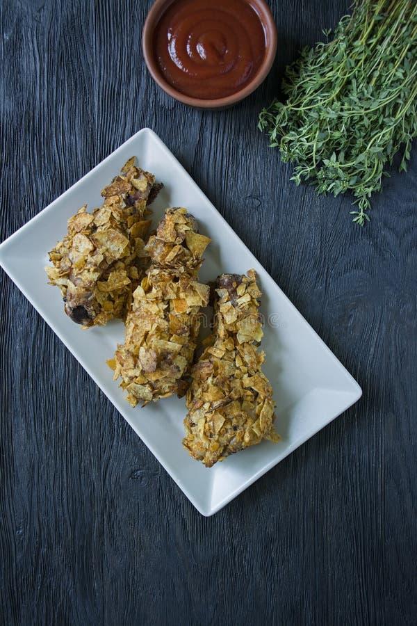 在板材的烤鸡鼓槌 面包小鸡腿,炸鸡 r 免版税图库摄影