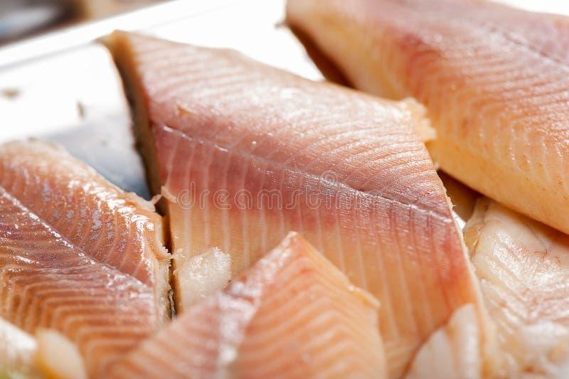 在板材的熏制的鱼 库存照片