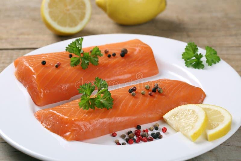 在板材的熏制鲑鱼鱼 库存图片