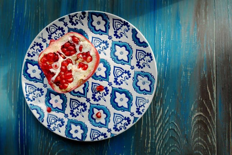 在板材的石榴石有蓝色和白色板材的 免版税图库摄影