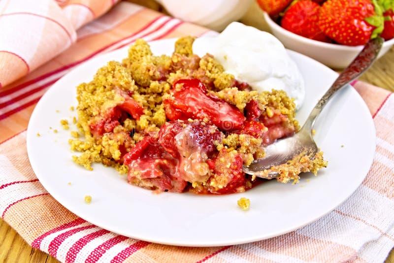 在板材的碎屑草莓在餐巾 库存照片