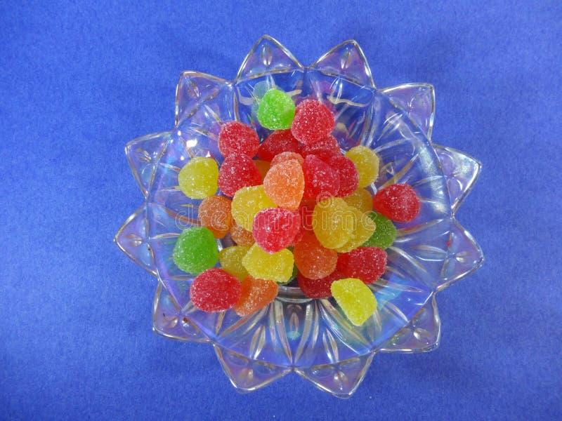 在板材的胶粘的糖果一张蓝色背景顶视图 库存图片