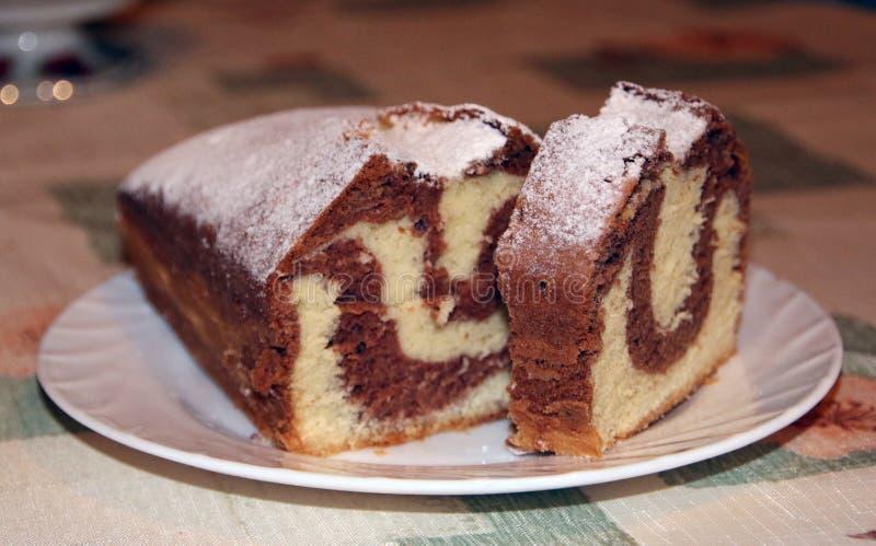 在板材的自创巧克力蛋糕,大理石纹理,特写镜头视图 库存图片