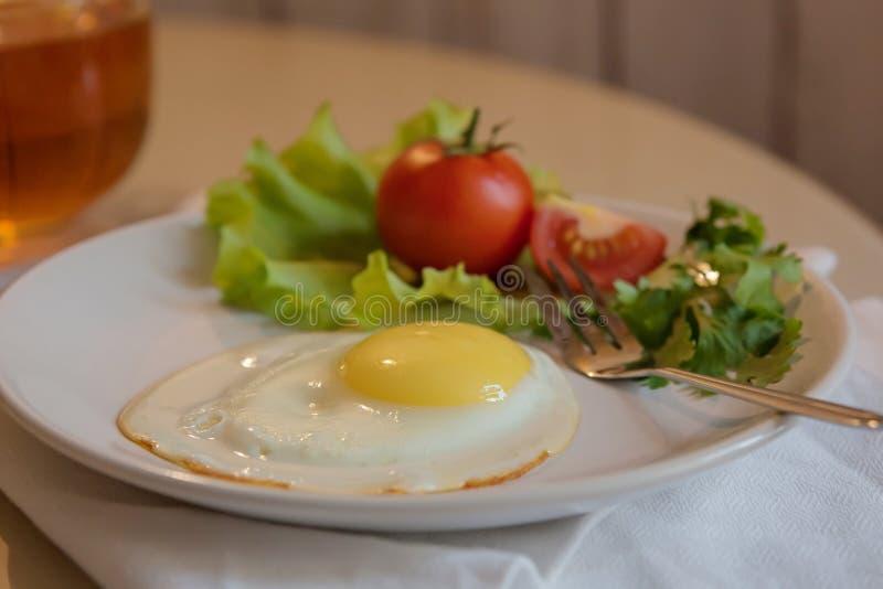 在板材的自创早餐,荷包蛋,绿色,菜 图库摄影