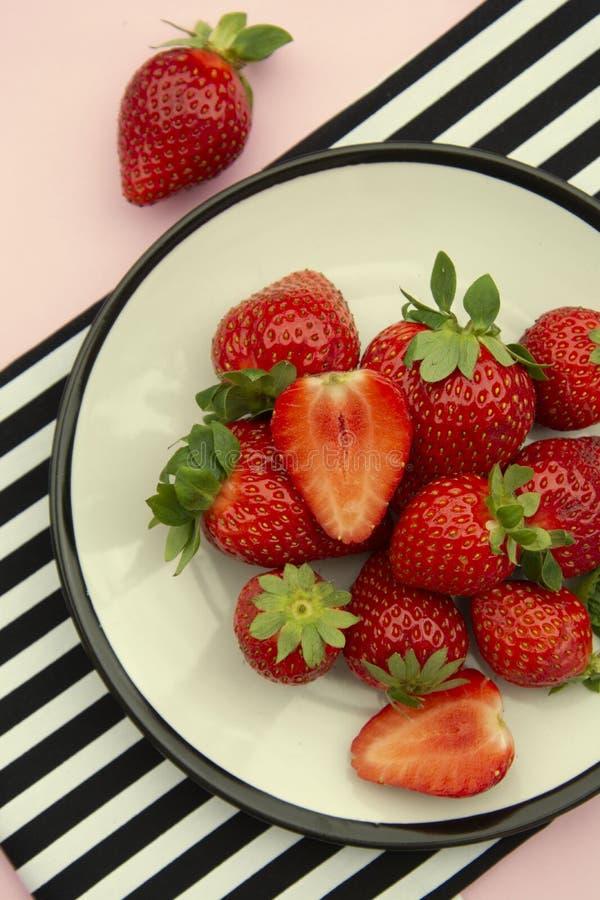 在板材的草莓 称呼了夏天新鲜的莓果 桃红色背景,平的位置 免版税图库摄影