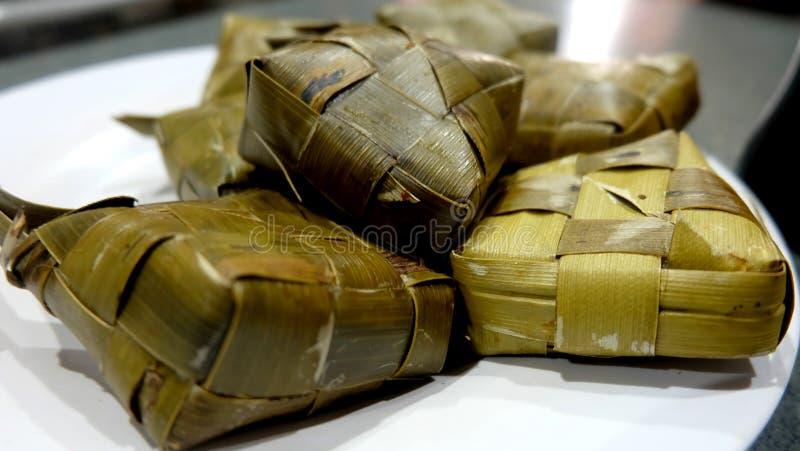 在板材的Ketupat 免版税库存图片