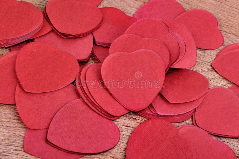 在板条的心形的红色五彩纸屑 图库摄影