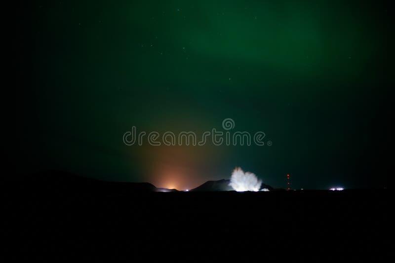 在极光下的蓝色盐水湖 图库摄影