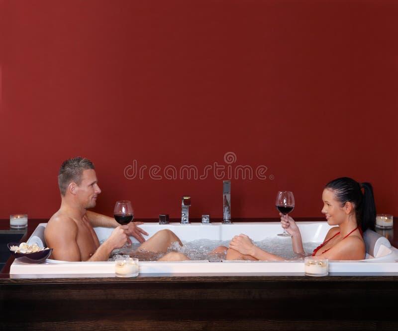 在极可意浴缸的愉快的夫妇 免版税图库摄影