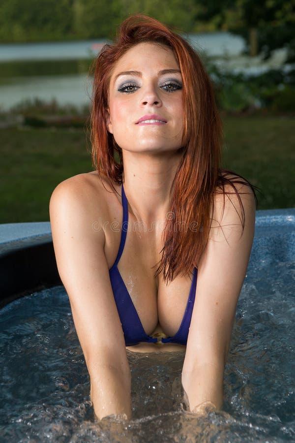 在极可意浴缸的热的红头发人 免版税库存图片