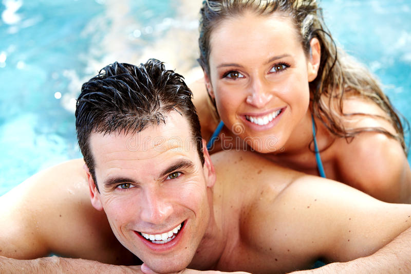 在极可意浴缸的年轻夫妇。 免版税图库摄影