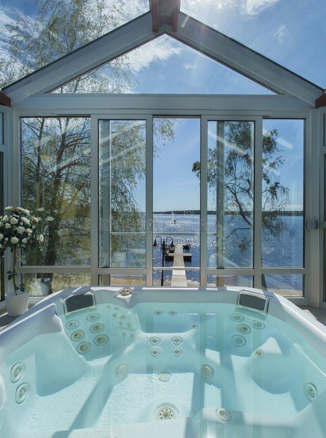 在极可意浴缸的Glassed由海洋 免版税图库摄影