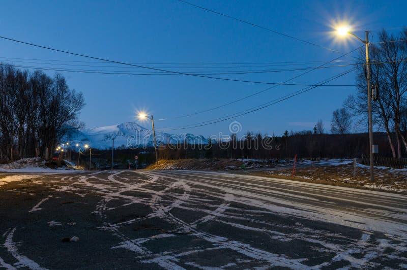 在极性夜期间,在Svensby村庄附近的雪道在挪威 免版税图库摄影