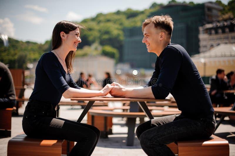 在构成的夫妇间水平地递愉快的藏品照片餐馆微笑的表年轻人 免版税库存图片