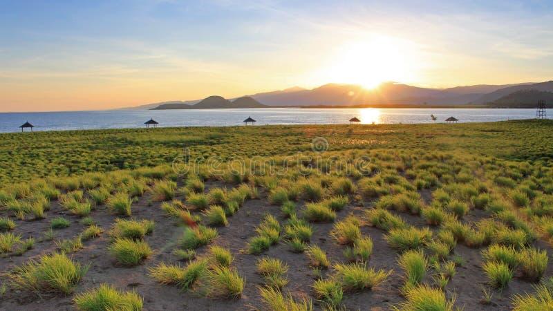 在林贾尼火山,印度尼西亚的朝阳如被看见从另一个海岛,采取在龙目岛,印度尼西亚 库存照片