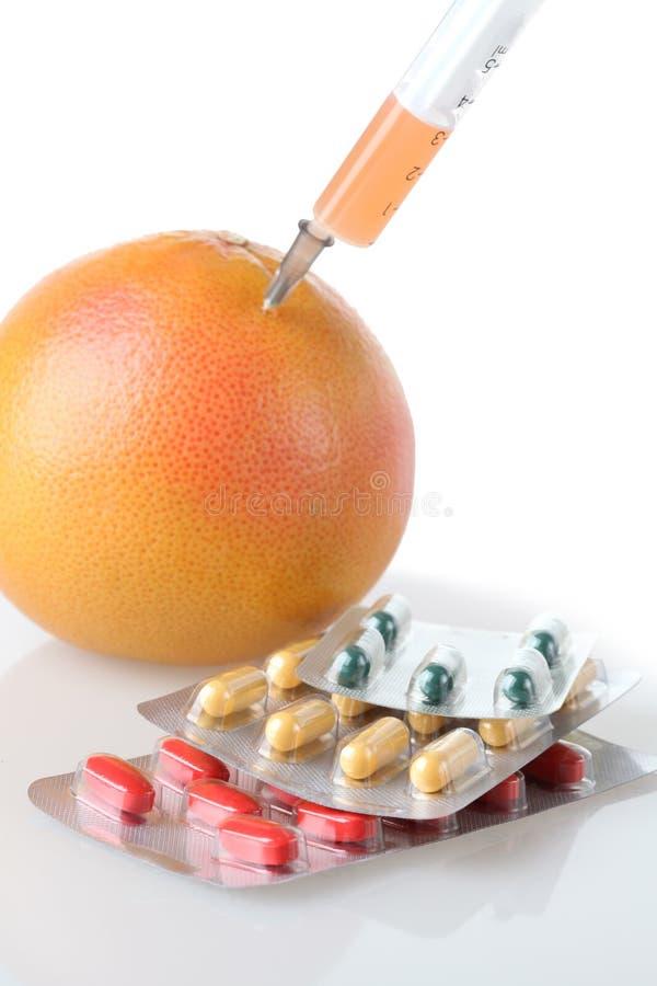 在果子和药物的注射器 免版税库存图片