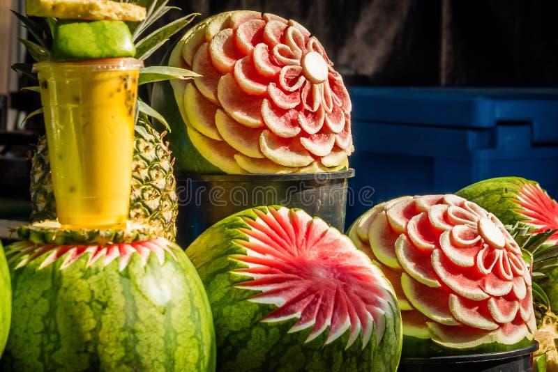 在果子,雕刻的西瓜的艺术在阳光下 免版税库存图片