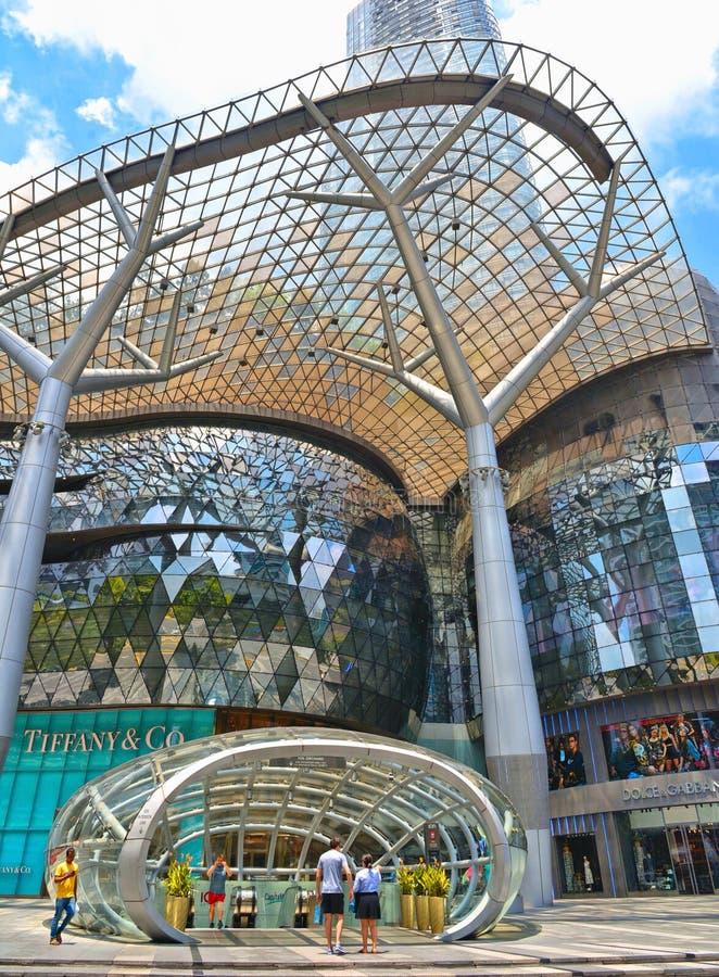 在果树园购物中心前面的地铁出口乌节路的在新加坡现代区 在多重感觉的canv的媒介门面 库存照片
