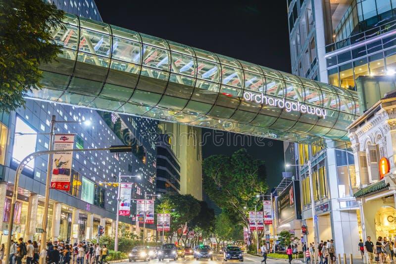 在果树园门户的路中间,新加坡 图库摄影