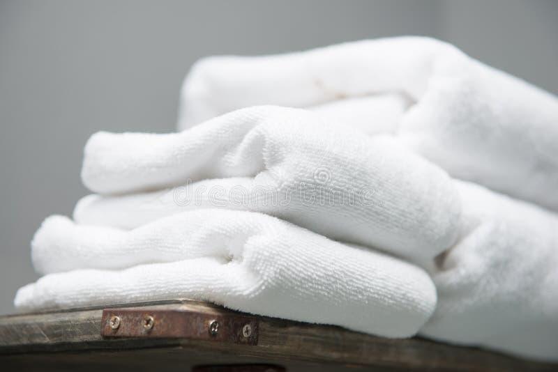在架子安置的白色毛巾在旅馆卫生间  免版税图库摄影