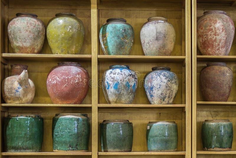在架子显示的古色古香的色的瓷空的花瓶 库存图片