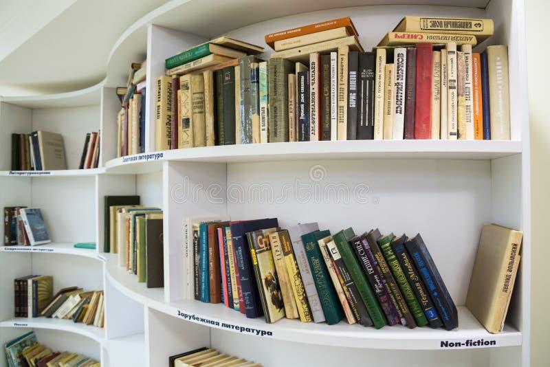 在架子的书在图书馆里 免版税图库摄影