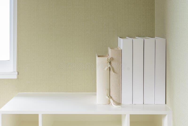 在架子的书 免版税库存照片