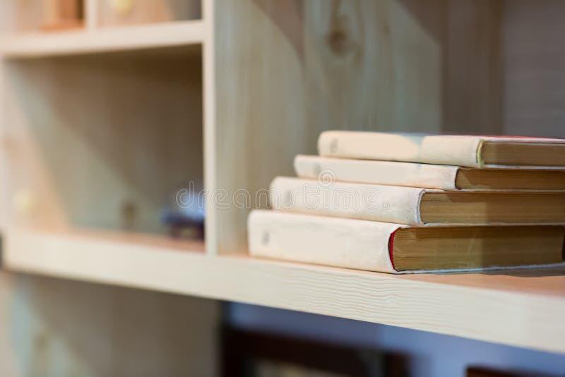在架子的书 免版税库存图片