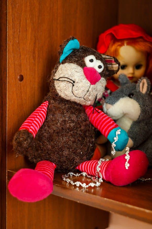 在架子的儿童的豪华的玩具 免版税库存图片