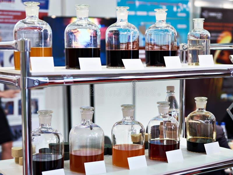 在架子的化工流体在工业实验室 库存照片
