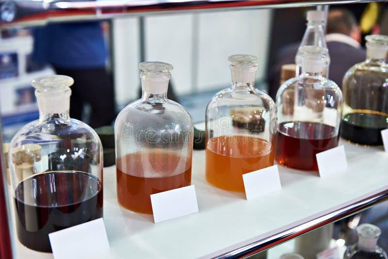 在架子的化工流体在工业实验室 免版税库存图片
