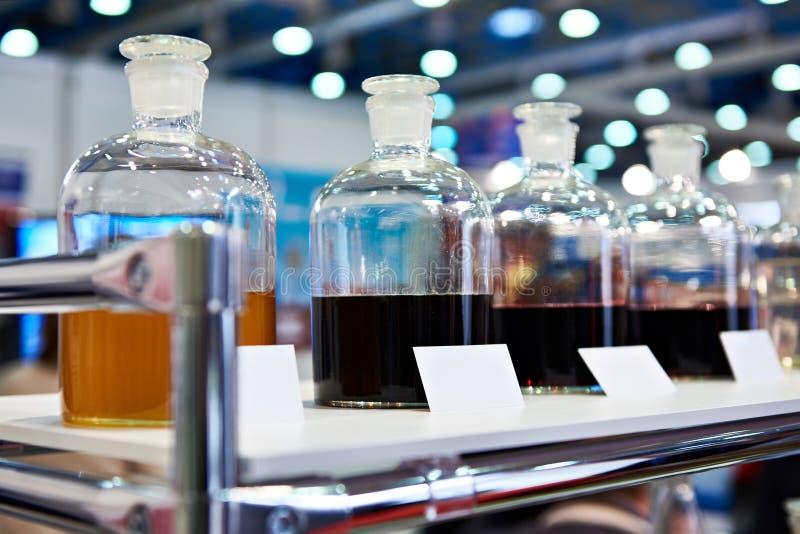 在架子的化工流体在工业实验室 免版税库存照片