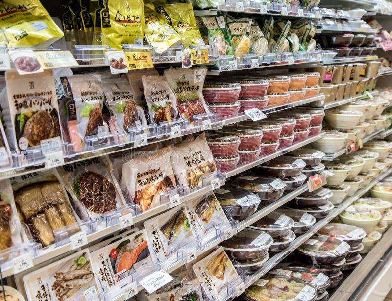 在架子的变冷的食物在商店 免版税图库摄影