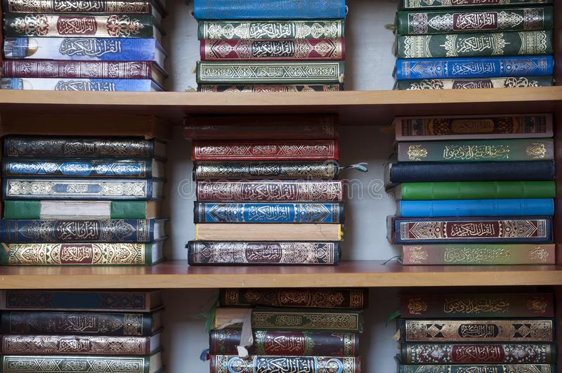 在架子的古兰经书在拿撒勒清真寺 库存照片