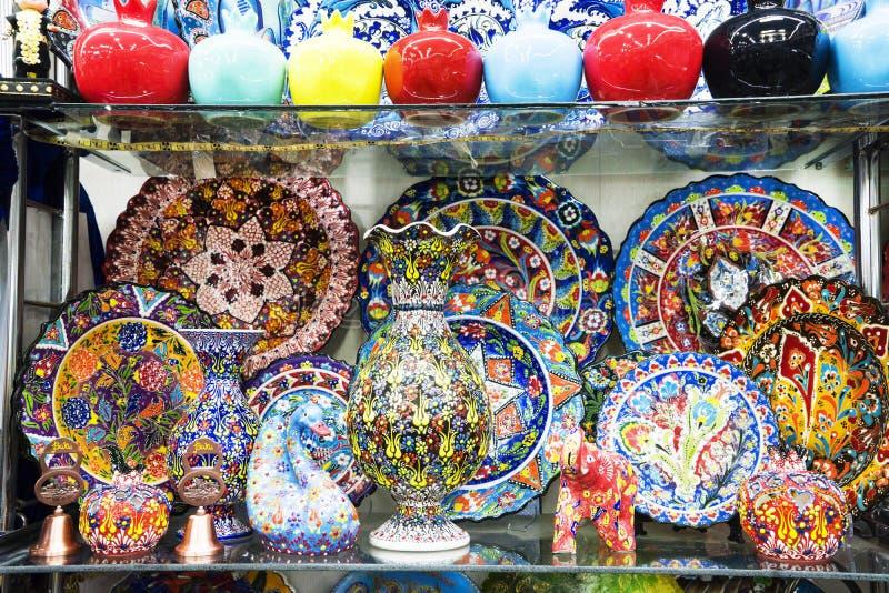 在架子的多彩多姿的装饰土耳其东方装饰陶瓷器皿 库存图片