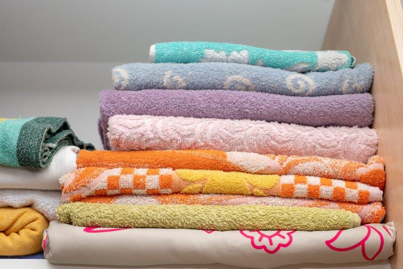 在架子的新鲜和清洁毛巾在化装室 一plac 免版税图库摄影