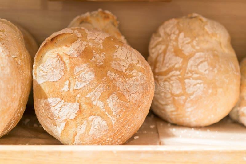 在架子的新鲜的圆的面包在商店 在架子的面包 在架子的新鲜的圆的面包在商店 库存照片