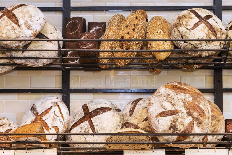 在架子的新鲜面包 免版税图库摄影
